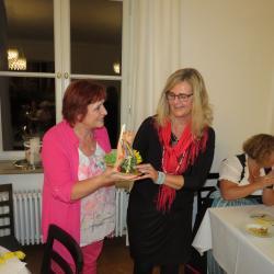 Ein goldener Petö Stuhl für den außerordentlichen Engagement für die KF wird von Beate Höß-Zenker überreicht