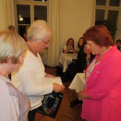 Katalin Örfalvy und Judit Kállay, Seniorenkonduktorinnen mit einem kleinen Geschenk aus Ungran
